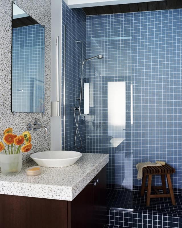 peinture-salle-bains-petite-carrelage-bleu-clair-foncé-meuble-vasque-bois peinture salle de bains