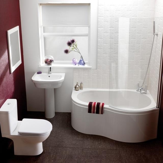 peinture-salle-bains-petite-mur-bordeaux-blanc-mobilier-blanc peinture salle de bains