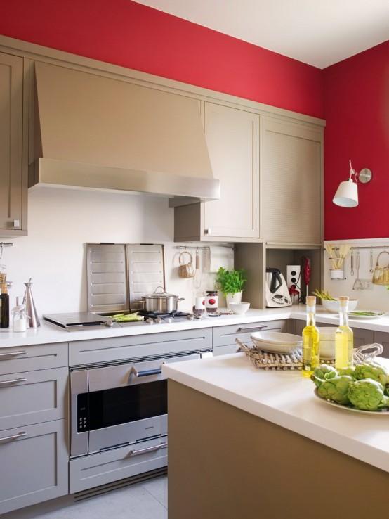 Une petite cuisine fonctionnelle en beige et rouge