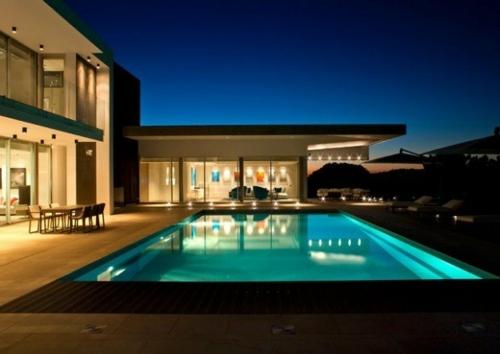Lextrieur de la villa de luxe moderne se dvoile