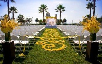 yellow-flower-aisle-runner-trendy-bride