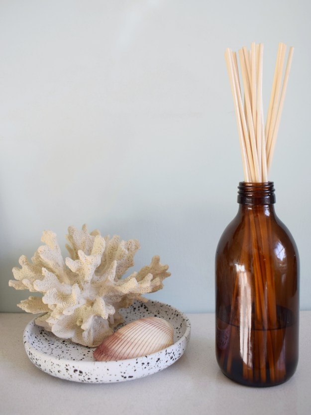 hOW TO MAKE A DIY ROOM SCENT REED DIFFUSER WITH ESSENTIAL OILS - CITRUS MEDITERRANEAN