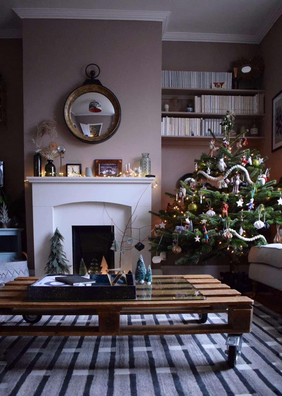 Farrow-Ball-Dead-Salmon-Living-Room-Christmas-Tree-with-colourful-felt-animals-vintage-christmas-look-scandinavian-design (1)