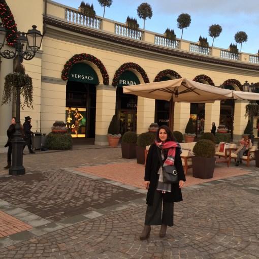 nella piazza centrale del villaggio di shopping