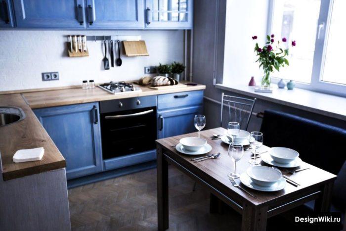 Modern köksdesign med blå och vita färger