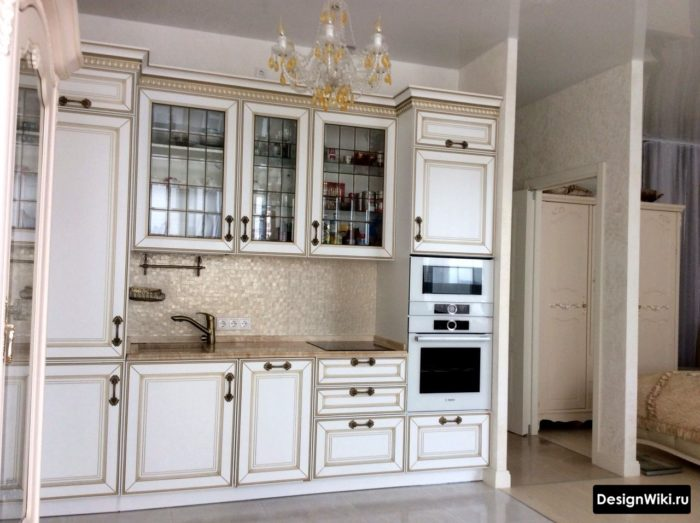 Köksdesign i klassisk stil och vit färg