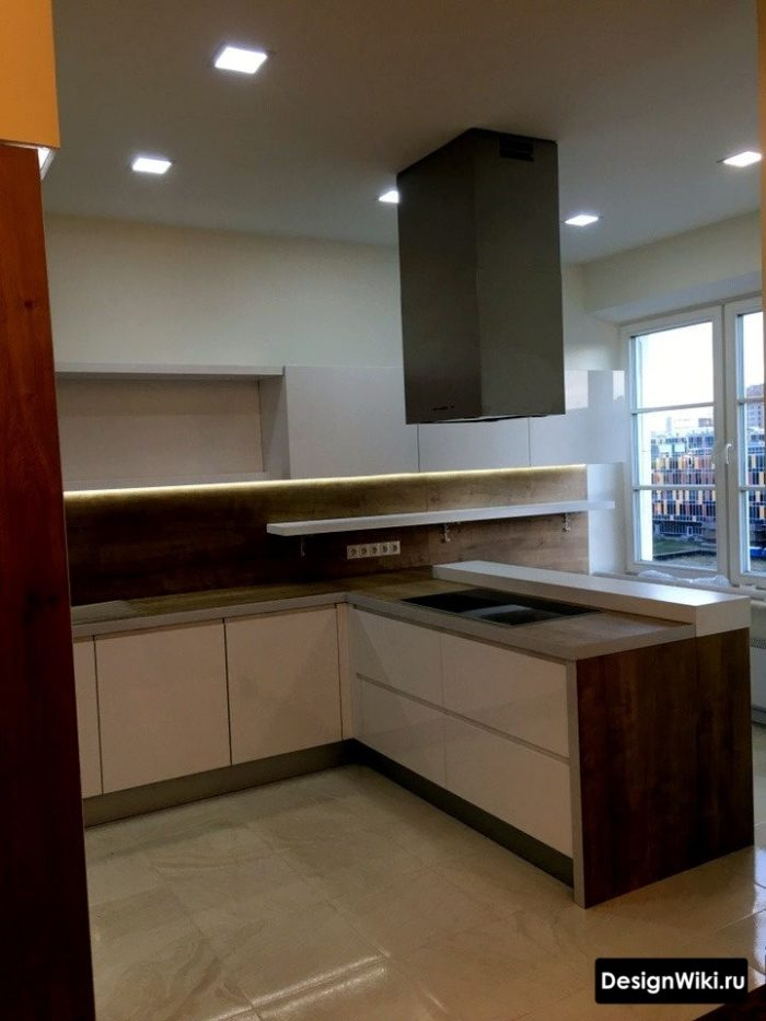 Inredning av det rymliga köket vardagsrum i modern stil