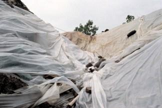 «Amoncellement de terre et autres matières recouvert de bâches retenues par un ensemble de câbles et de pneus (Rosemont) », extrait du Cabinet des amoncellements - «Le grand voyage », 2006-2007, photographie (impression au jet d'encre sur papier chiffon), 56 x 76 cm