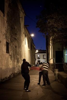 Costaleros en la parte trasera de la Iglesia de Santo Domingo fajándose y colocándose el costal.