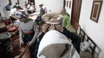 Costaleros en la Iglesia de Santo Domingo fajándose y colocándose el costal