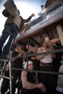 Costaleros durante el ENSAYO SOLIDARIO, mientras reciben los alimentos que son donados y colocados en lo alto del paso.