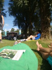 na lange reis lekker relaxen in het gras