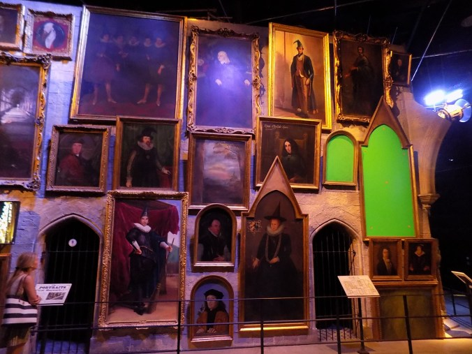 Photo de quelques tableaux du chateau de Poudlard, aux studios Harry Potter à Londres