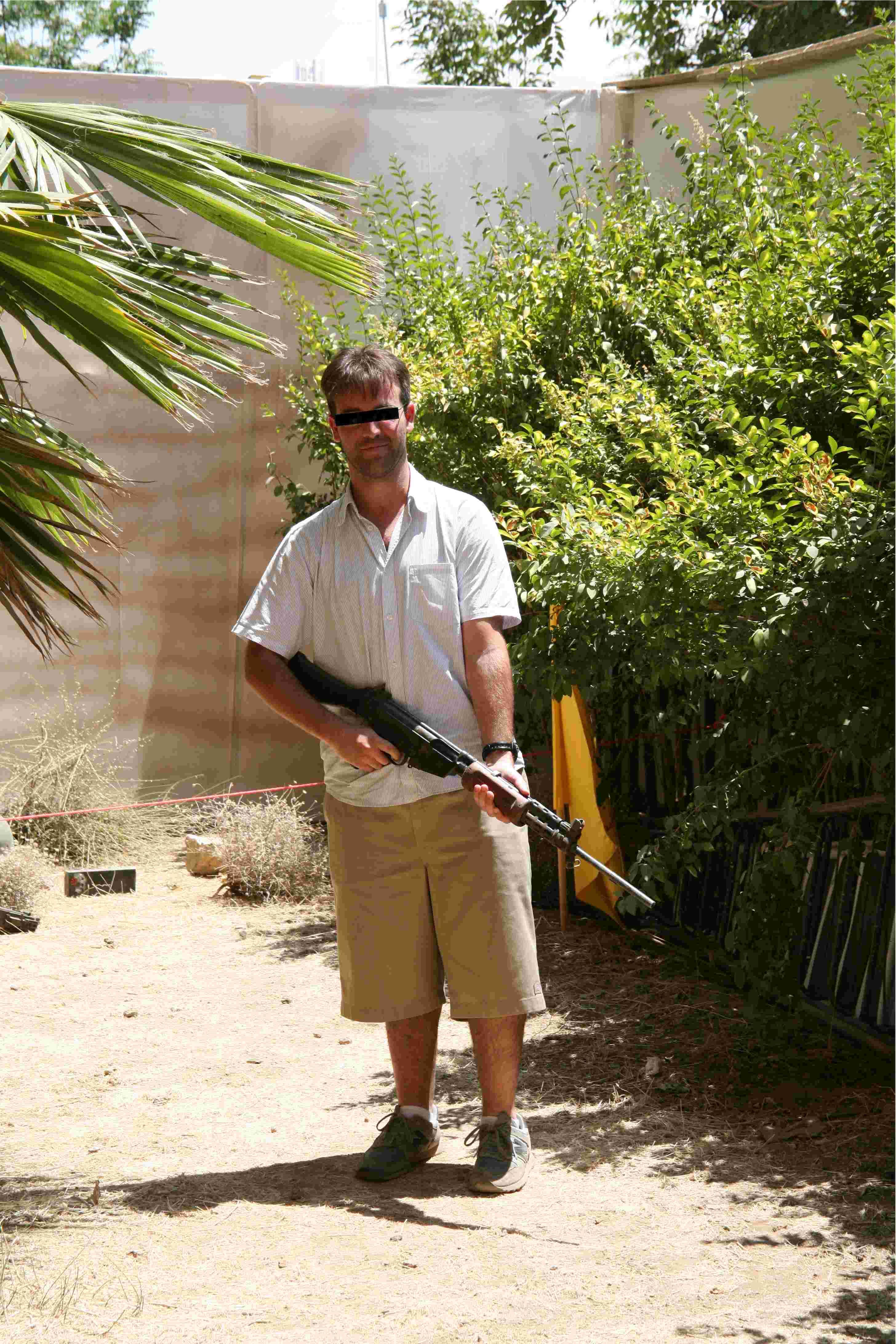 Fotografiarse con un rifle de asalto es una de las atracciones del parque de Hezbolá