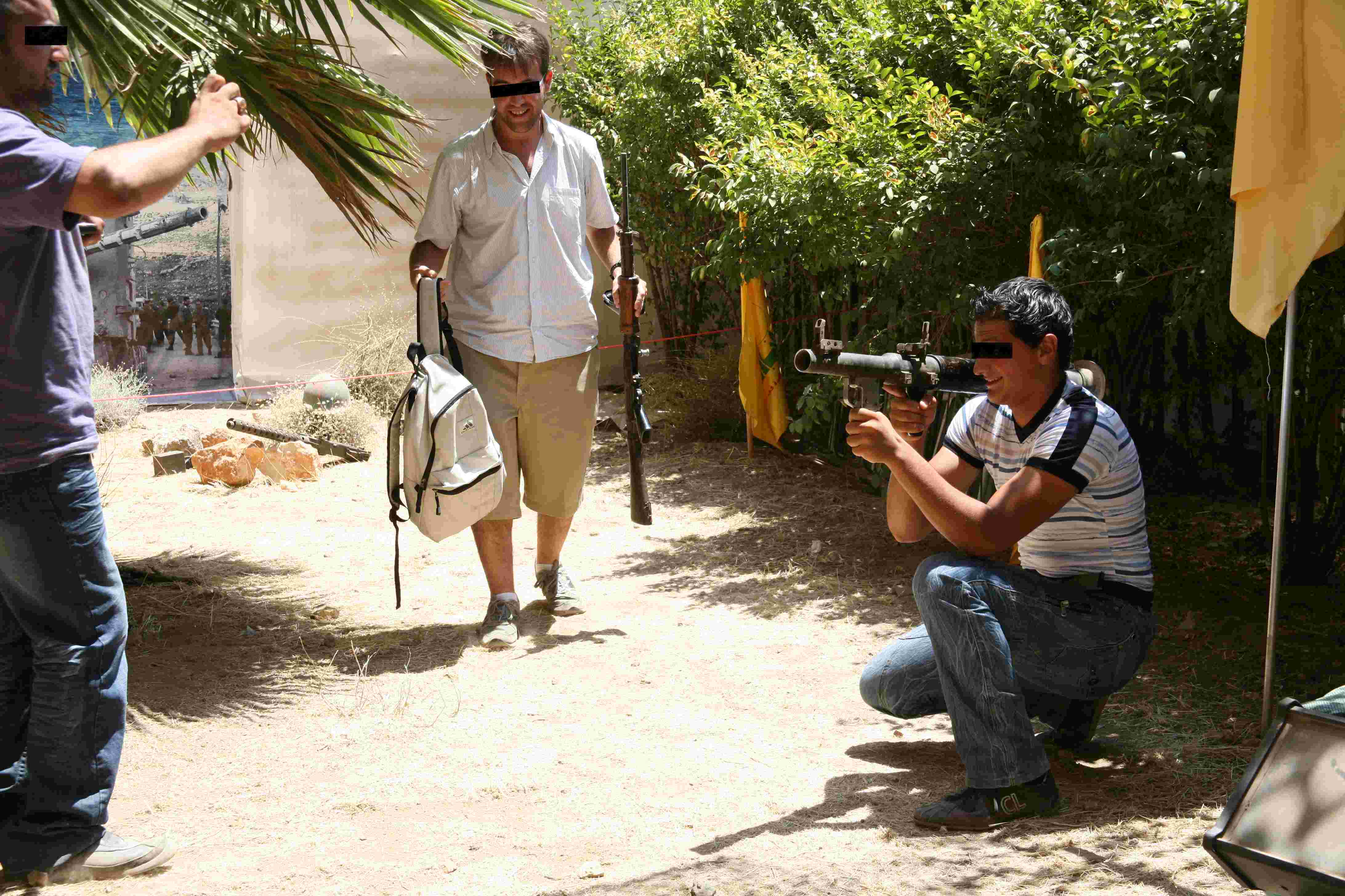 Uno de los visitantes se deja fotografiar con un bazooka