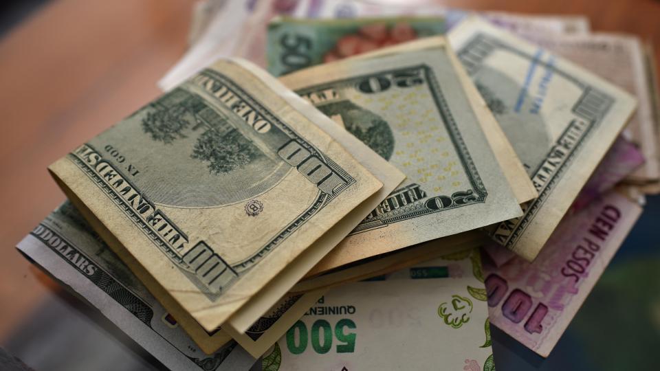 Transcurridas las PASO y EL DOLAR Mientras todo el país estaba a la espera de los datos oficiales, los operadores del mercado ya comenzaron a hacerse una pregunta, la gran incógnita que dejará la elección de este domingo:<br /> ¿A cuánto cotizará el dólar a partir de este lunes?