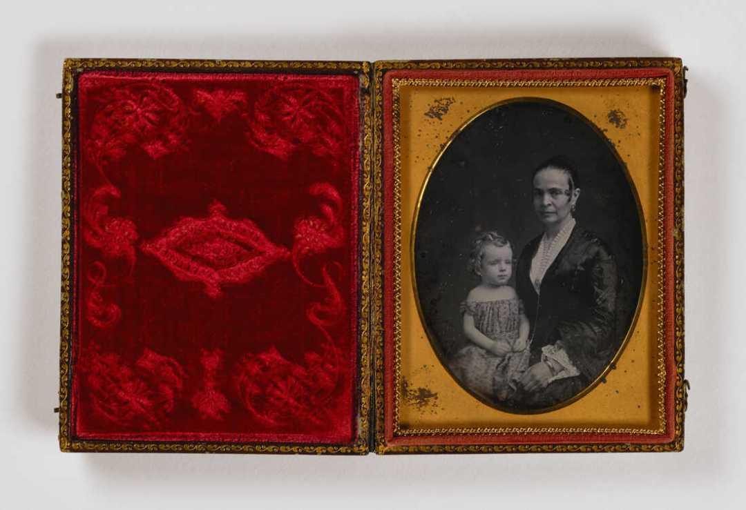 Sin título (mujer con niño en el regazo), sin fecha, daguerrotipo de cuarto de placa. Smithsonian American Art Museum, la colección LJ West de fotografía estadounidense temprana, la compra del museo fue posible gracias a la fundación Franz H. y Luisita L. Denghausen.