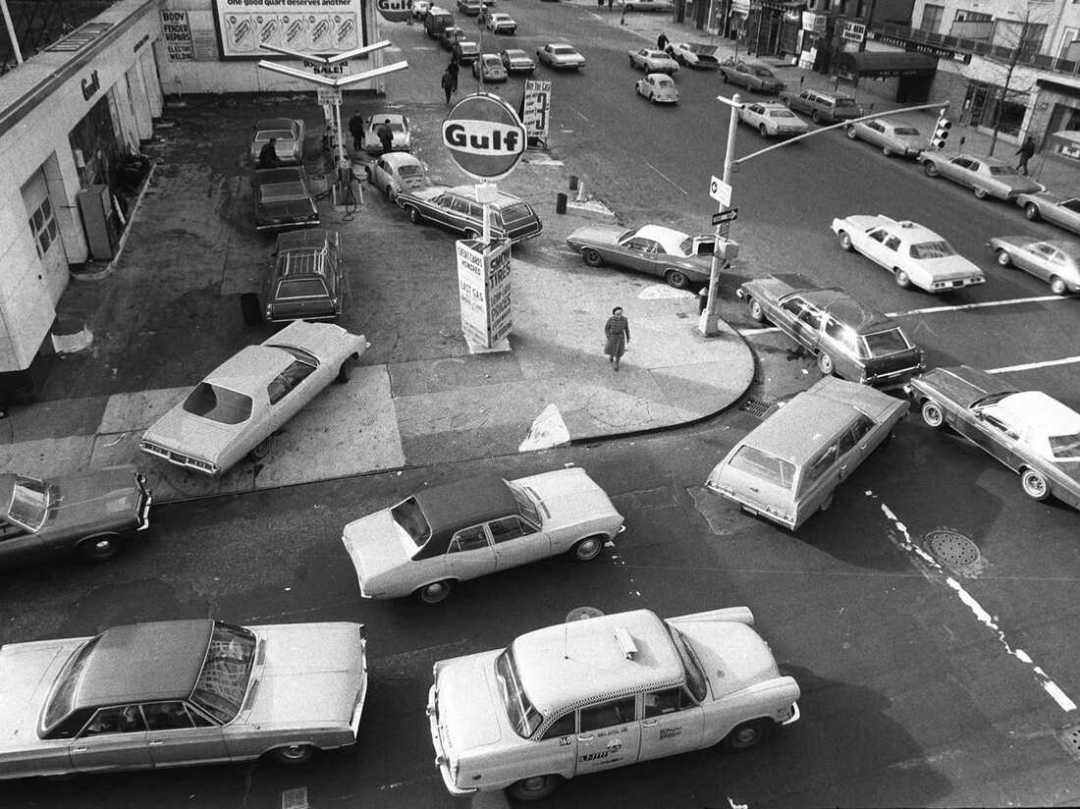 En esta foto de archivo del 23 de diciembre de 1973, los autos se alinean en dos direcciones en una estación de servicio en la ciudad de Nueva York.