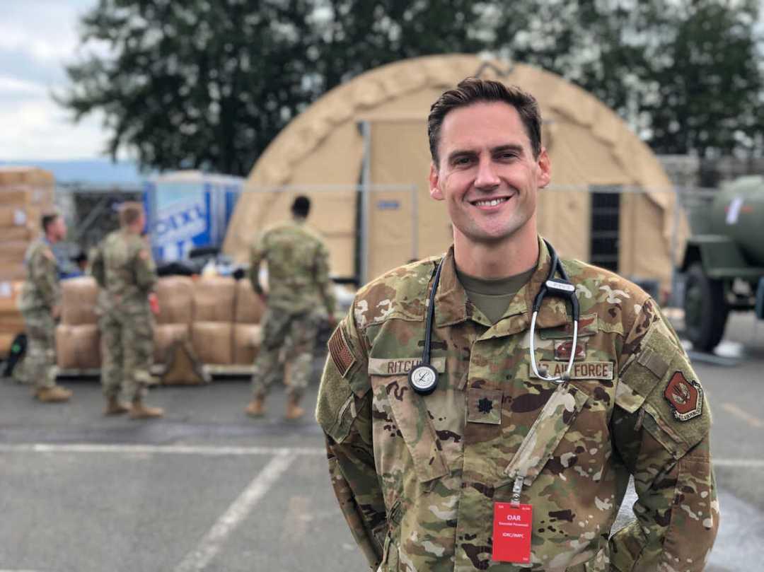 El teniente coronel Simon Alexander Ritchie, que dirige una unidad médica en la base aérea, es uno de los primeros miembros del servicio estadounidense que los afganos se encuentran después de llegar a la base aérea de Ramstein para prepararse para volar a los EE. UU.