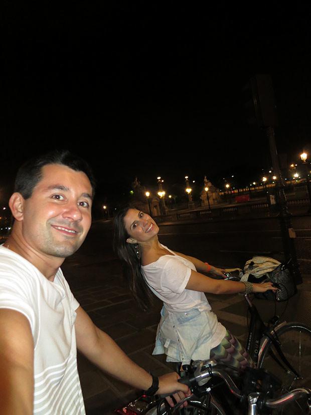 passeio de bike em paris meia-noite