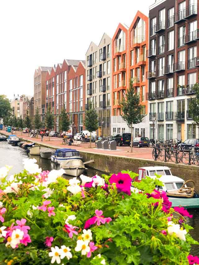 Canais de Amsterdam e suas flores