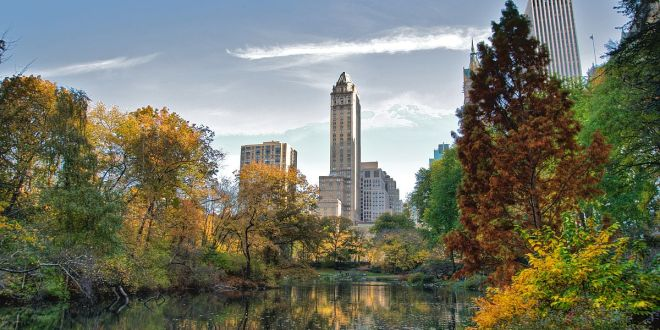 1200px-Southwest_corner_of_Central_Park,_looking_east,_NYC