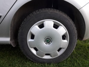 clean-hubcaps-wheels-alloy-rims-wash-car