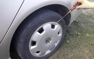 screwdriver-removing-hubcaps