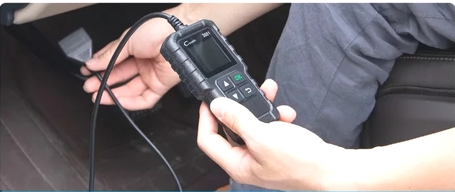 connect-obd-II-scanner-to-obd-port