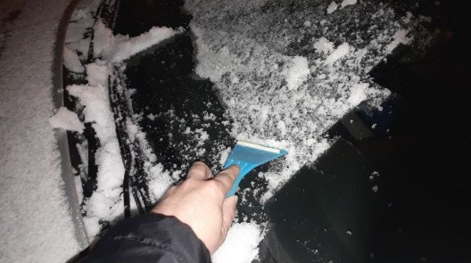 cleaning-car-from-snow