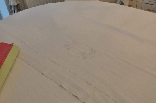 nappe et chemin de table brodé