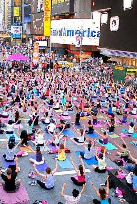 Miles de personas practicando yoga.