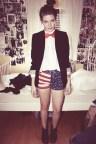 Mujer: Shorts bajos con la bandera de EE.UU, combinado con una blusa blanca, chaqueta azul y corbatín tipo humita.