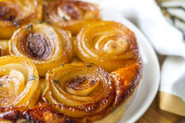 onions, tart, tarte tatin, oignon, caramélisés, thym, recette, recipe, quick, easy, facile