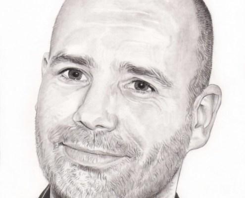 Dessin portrait d'après une photo d'un homme en chemise noire souriant
