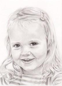 Portrait dessin d'après photo d'une petite fille de trois ans souriante en noir et blanc