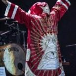 Robbie Williams mostra il simbolo occulto-massonico dell'occhio onniveggente