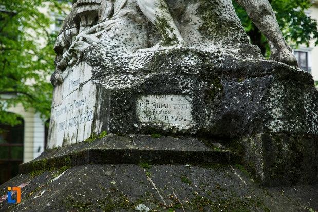 baza-de-la-monumentul-lui-barbu-stirbei-din-ramnicu-valcea-judetul-valcea.jpg