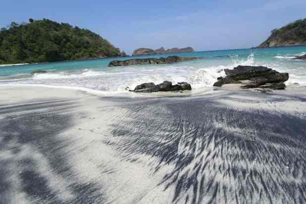 Pasir hitam Pantai Wedi Ireng