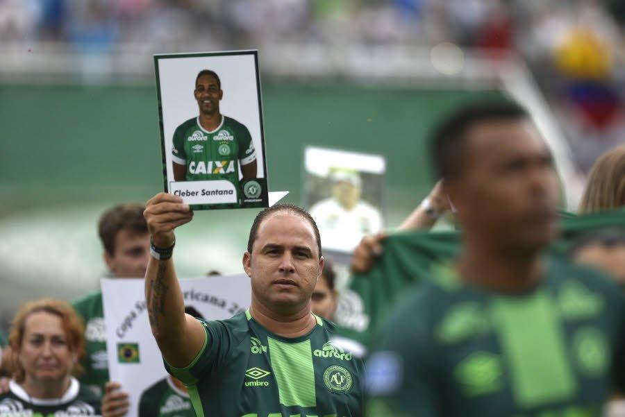 Hommage aux victimes, crash d'avion, Club Chapecoense, un homme tient une photo d'un joueur