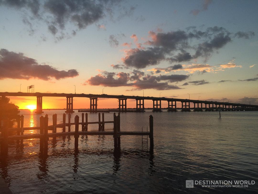 Sonnenuntergang in Fort Myers mit Blick auf die Cleveland Ave Brücke