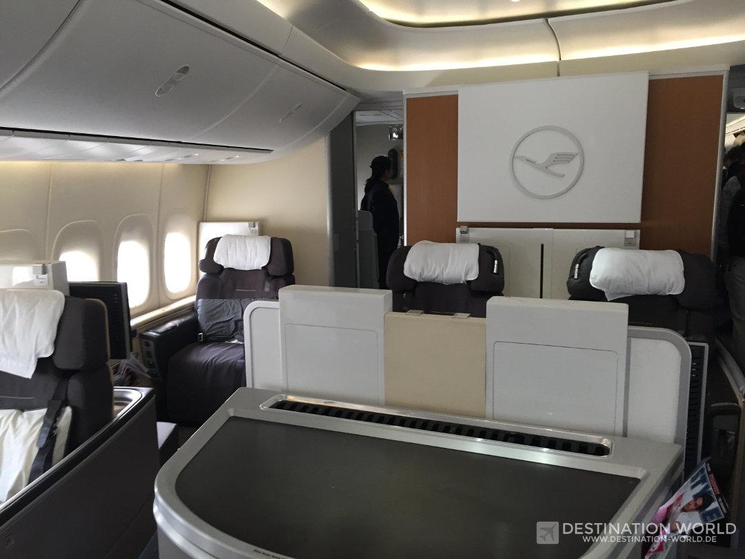 In der B747-8 befindet sich die First Class in der Nase des Flugzeuge und besteht aus 8 Sitzplätzen