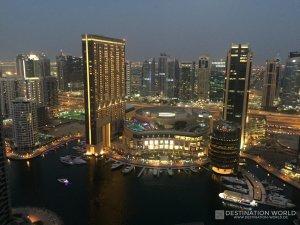 Blick über die Marina Mall am Abend wo die Marina in einem ganz anderen Licht erstrahlt