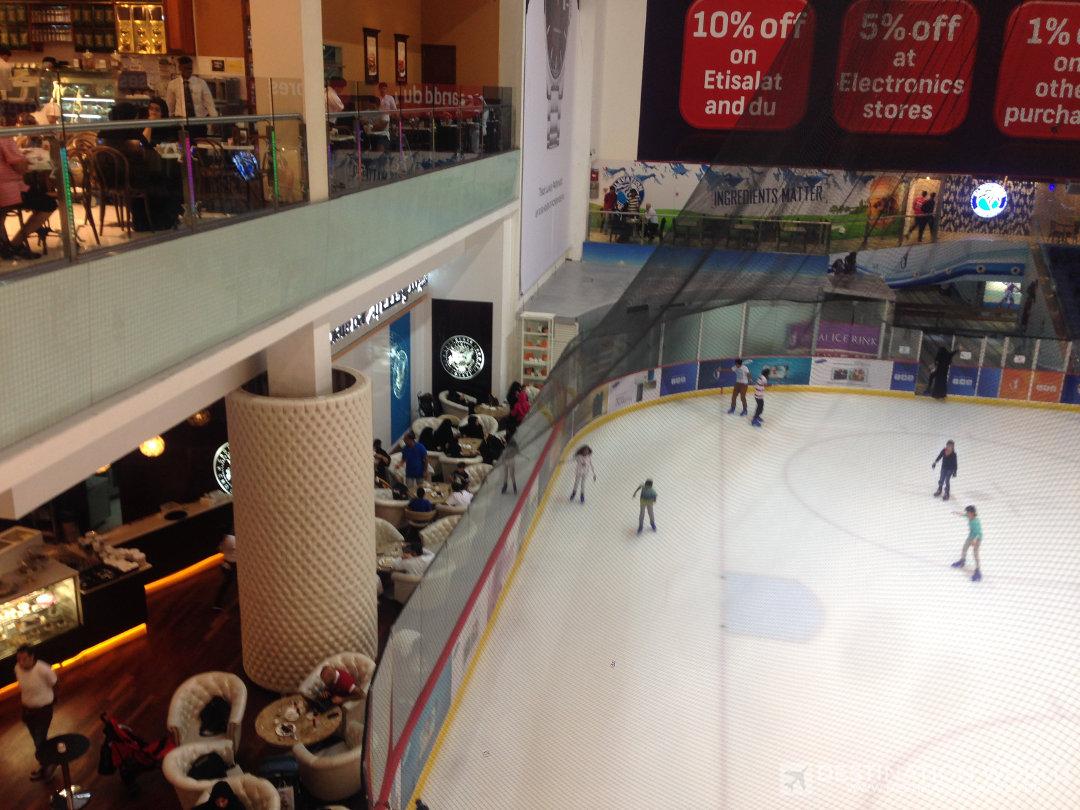 Die Eisbahn in der Dubai Mall läd zum Schlitschuhlaufen in der Wüste ein