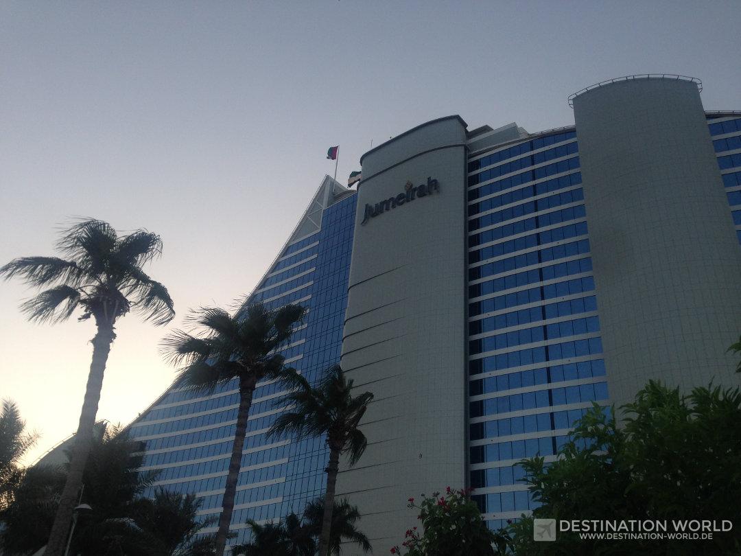 Das Jumeirah Beach Hotel ist in Form einer Welle gebaut