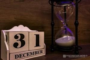 Symbolbild in der Hotellobby Sanduhr 31 Dezember