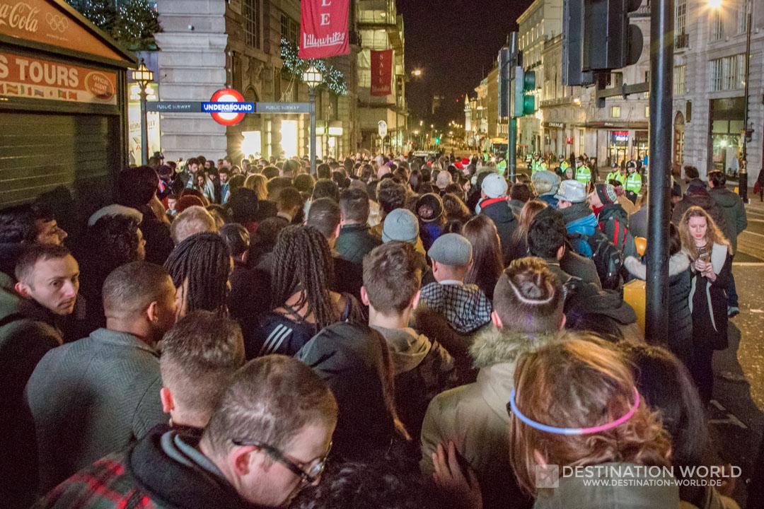 Unzählige Menschen stehen nach dem Silvesterfeuerwerk für die U-Bahn am Piccadilly Circus an