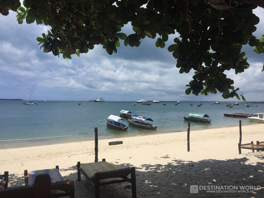 Sansibar Reiseblog. Blick von einem der Restaurants am Hafen über die Boote die nach Prison Island fahren
