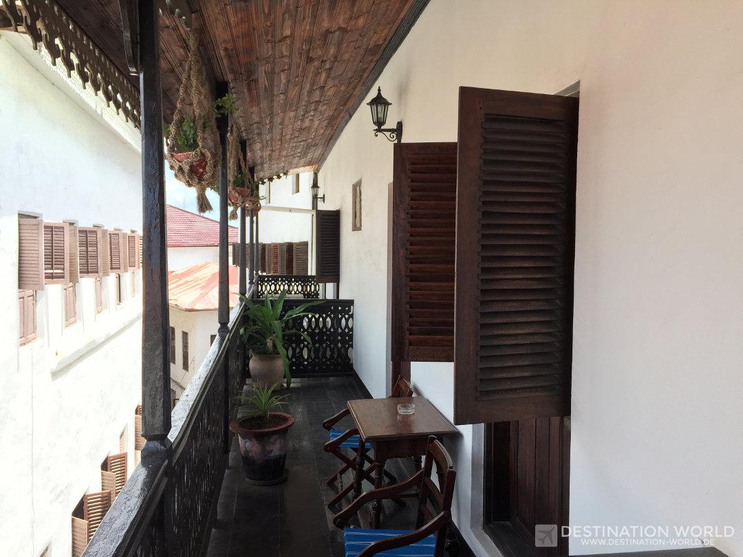 Das Dhow Palace Hotel ist ein alter, kolonialer Palast mit tollen Zimmern und Balkonen. Sansibar Reiseblog