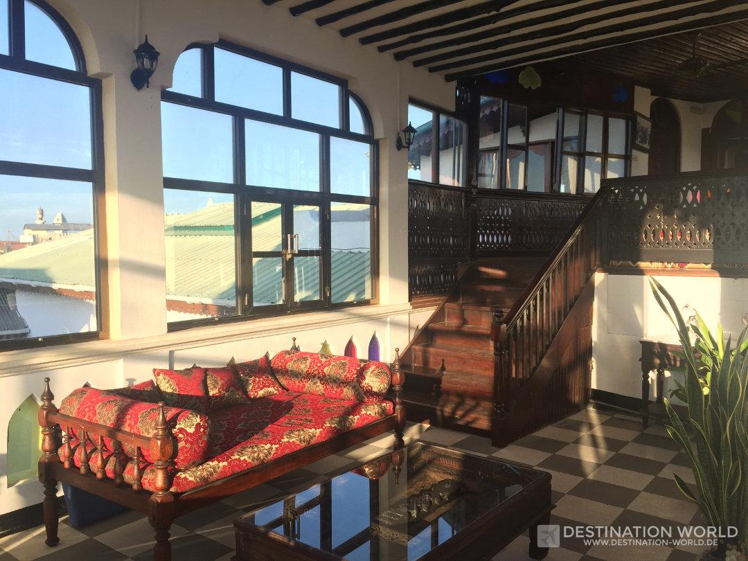 Das weitläufige Hotelgebäude des Dhow Palace hat eine tolle Dachterrasse. Sansibar Reiseblog